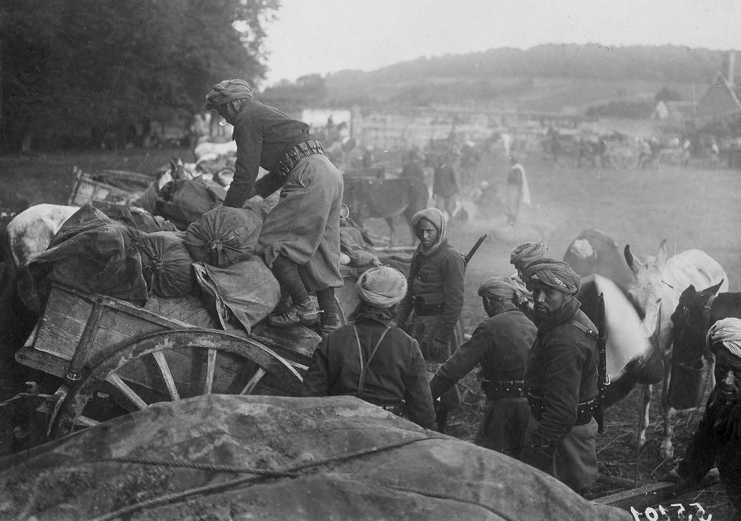 Un convoi de spahis marocains s'apprêtant à se rendre sur le front, carte postale, 1914